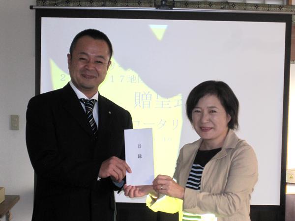 地区補助金を使った障害児地域訓練会の支援 中村会長から鈴木代表へ目録贈呈